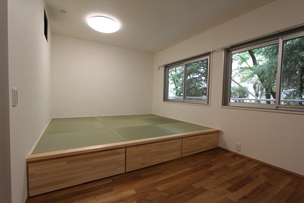 アクアタイルとチークの床が映える家 (寝室)