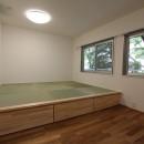 アクアタイルとチークの床が映える家の写真 寝室