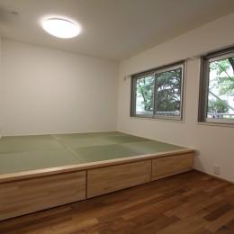 アクアタイルとチークの床が映える家