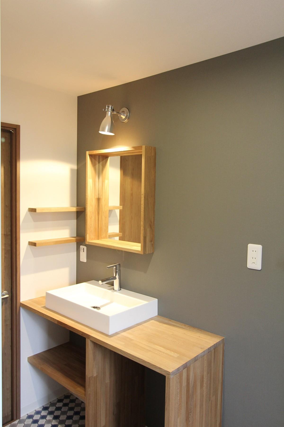 バス/トイレ事例:洗面(アクアタイルとチークの床が映える家)