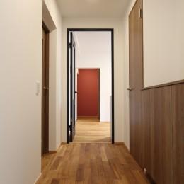 アクアタイルとチークの床が映える家 (玄関)