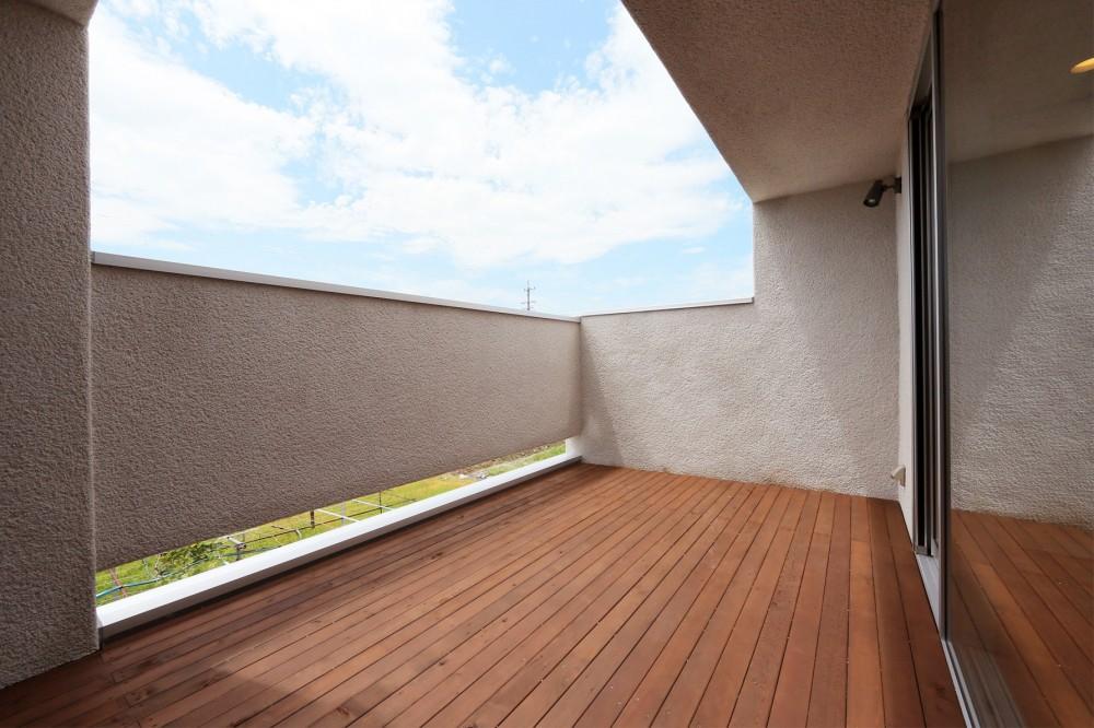 カフェスタイルのオープンスペースがある家。「理想を忘れなかったから生まれた空間です。」 (テラス)