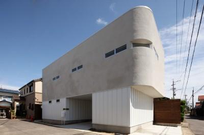 オブジェのような美しい曲線の家。『他にはないカッコいい家』は機能性もしっかり。 (外観)