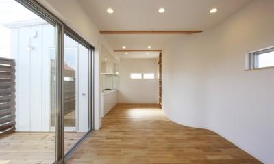 オブジェのような美しい曲線の家。『他にはないカッコいい家』は機能性もしっかり。 (リビングダイニング)