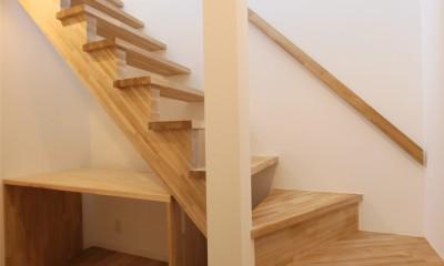 オブジェのような美しい曲線の家。『他にはないカッコいい家』は機能性もしっかり。 (階段)