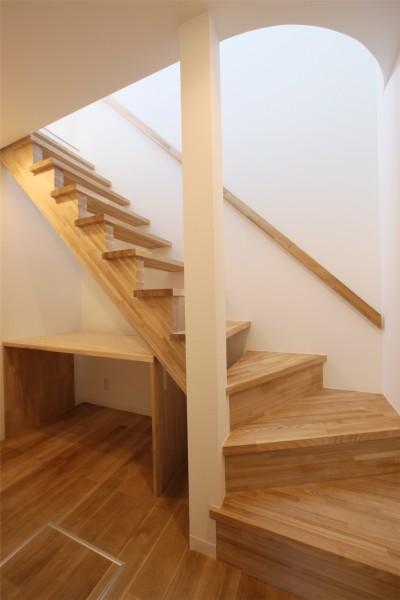 階段 (オブジェのような美しい曲線の家。『他にはないカッコいい家』は機能性もしっかり。)