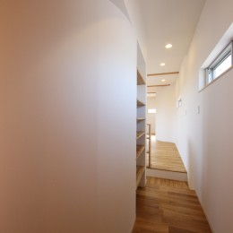 オブジェのような美しい曲線の家。『他にはないカッコいい家』は機能性もしっかり。 (廊下)