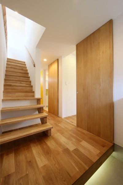 玄関ホール (オブジェのような美しい曲線の家。『他にはないカッコいい家』は機能性もしっかり。)