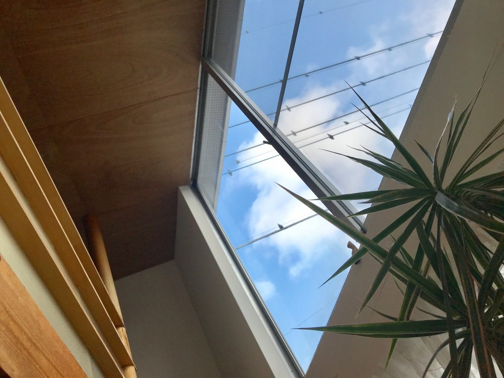 三角地で開放的に暮らす家|K HOUSE (リビングからの青空)