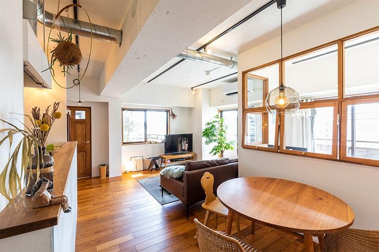 日差しを部屋中に届けるインナーテラスと室内窓 (大きな室内窓で光を取り込むリビング)