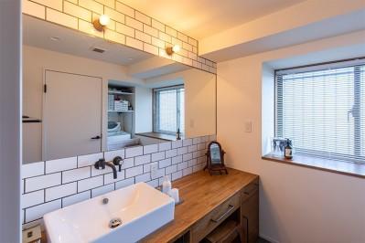 洗面 (日差しを部屋中に届けるインナーテラスと室内窓)