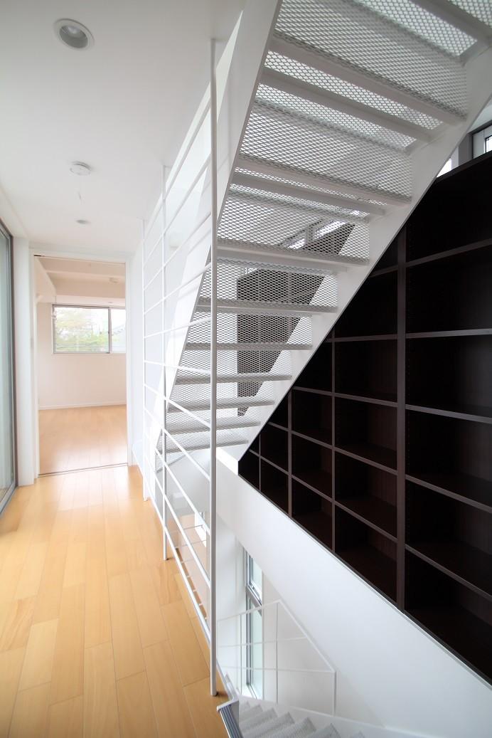 光が通り、開放感が生まれ、家が明るくなる魔法の階段、スケルトン階段の家 (スチール製スケルトン階段)