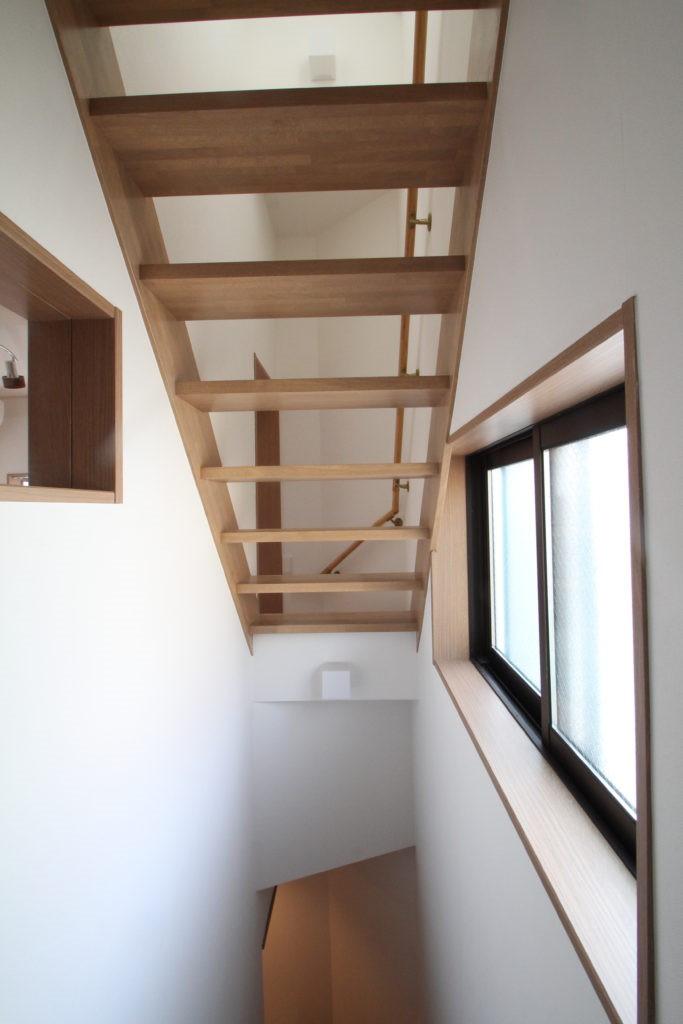 光が通り、開放感が生まれ、家が明るくなる魔法の階段、スケルトン階段の家 (木製スケルトン階段)
