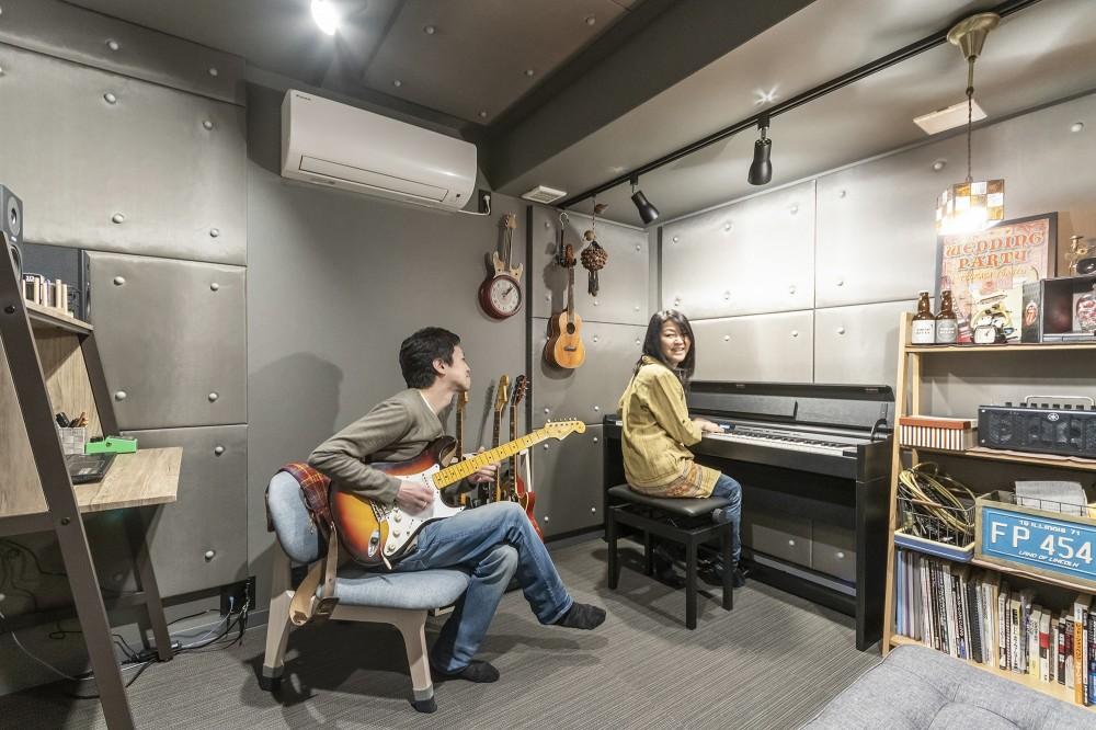 和スタイルな防音室がある家 (防音室で音楽を楽しんでいるご夫婦)