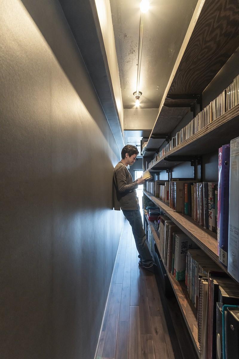 和スタイルな防音室がある家 (図書館のような読書スペース)