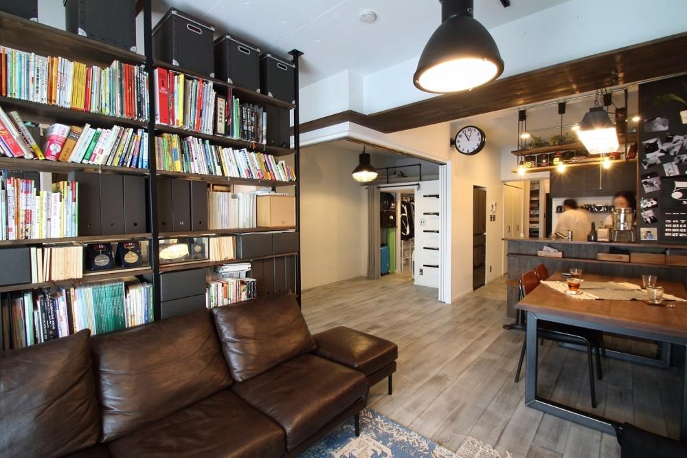 天井・タイルは白塗装に。収納家具はオーダーメイドのインダストリアル仕様に。 (LDK)
