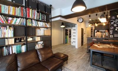天井・タイルは白塗装に。収納家具はオーダーメイドのインダストリアル仕様に。