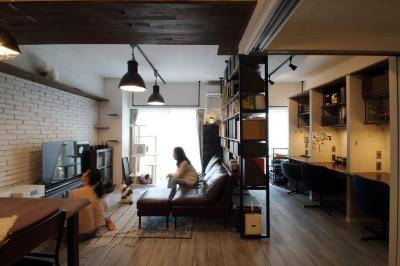 リビング (天井・タイルは白塗装に。収納家具はオーダーメイドのインダストリアル仕様に。)