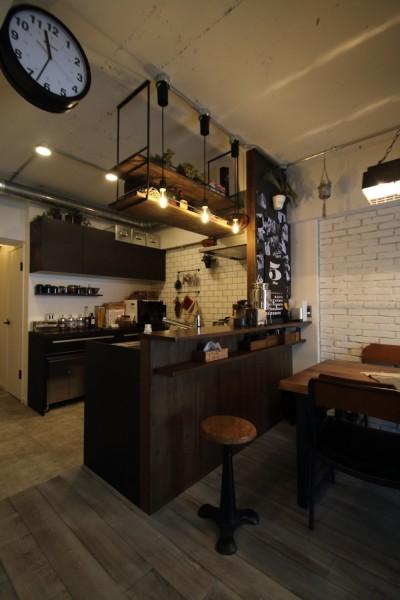 キッチン (天井・タイルは白塗装に。収納家具はオーダーメイドのインダストリアル仕様に。)