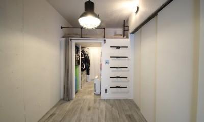 寝室|天井・タイルは白塗装に。収納家具はオーダーメイドのインダストリアル仕様に。