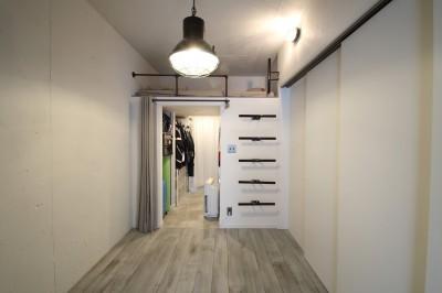 天井・タイルは白塗装に。収納家具はオーダーメイドのインダストリアル仕様に。 (寝室)
