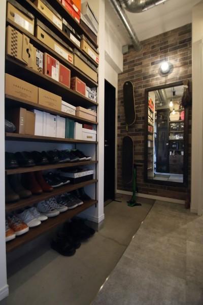 玄関 (天井・タイルは白塗装に。収納家具はオーダーメイドのインダストリアル仕様に。)
