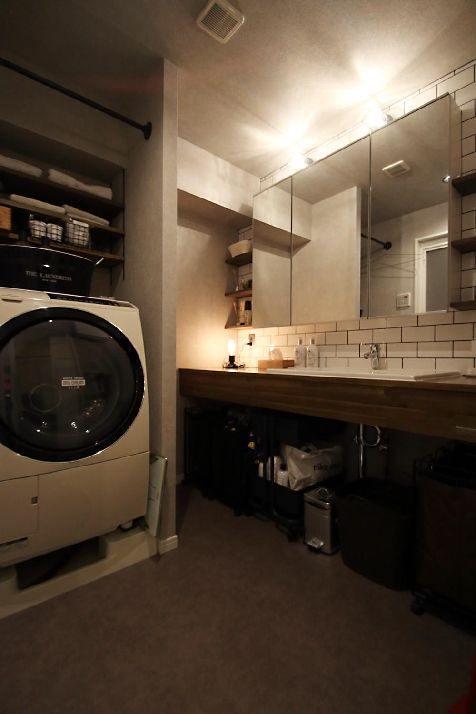 天井・タイルは白塗装に。収納家具はオーダーメイドのインダストリアル仕様に。 (サニタリー)