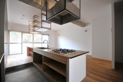 キッチン (築47年の団地をリノベ。既存の風合いを活かし、木と鉄とコンクリートを融合させた大人空間)