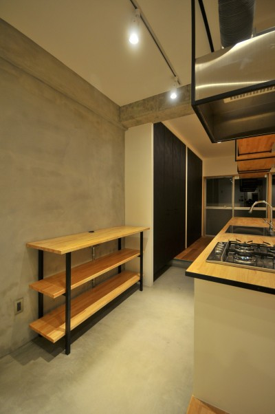 築47年の団地をリノベ。既存の風合いを活かし、木と鉄とコンクリートを融合させた大人空間 (キッチン)