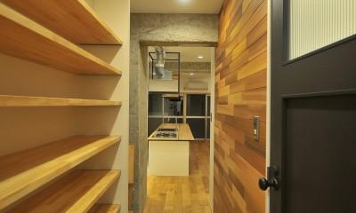 築47年の団地をリノベ。既存の風合いを活かし、木と鉄とコンクリートを融合させた大人空間 (ホール)