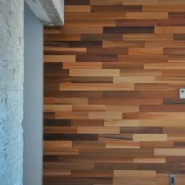 築47年の団地をリノベ。既存の風合いを活かし、木と鉄とコンクリートを融合させた大人空間 (玄関)