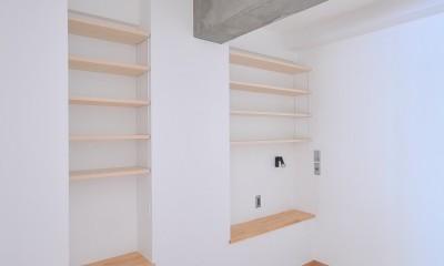 築47年の団地をリノベ。既存の風合いを活かし、木と鉄とコンクリートを融合させた大人空間 (寝室)