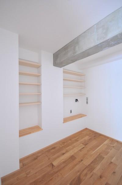寝室 (築47年の団地をリノベ。既存の風合いを活かし、木と鉄とコンクリートを融合させた大人空間)