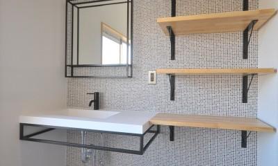 築47年の団地をリノベ。既存の風合いを活かし、木と鉄とコンクリートを融合させた大人空間 (洗面室)