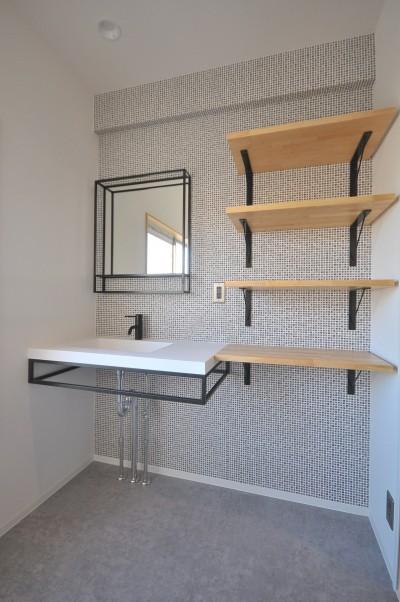 洗面室 (築47年の団地をリノベ。既存の風合いを活かし、木と鉄とコンクリートを融合させた大人空間)