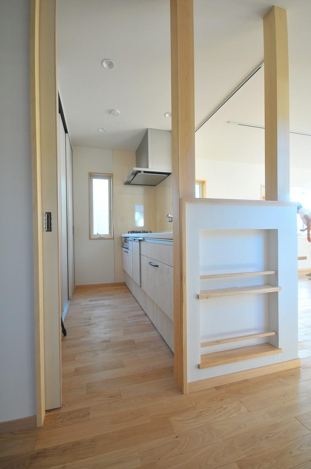 ウッドデッキから海を見渡す潮風と緑豊かな山の上に建つ家 (キッチン)