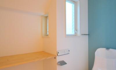 ウッドデッキから海を見渡す潮風と緑豊かな山の上に建つ家 (トイレ)
