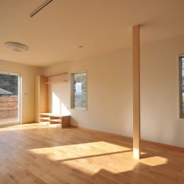 ウッドデッキから海を見渡す潮風と緑豊かな山の上に建つ家 (リビング)