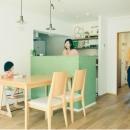 キッチンの緑が映えるダイニングスペース