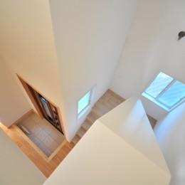 ウッドデッキから海を見渡す潮風と緑豊かな山の上に建つ家 (階段)