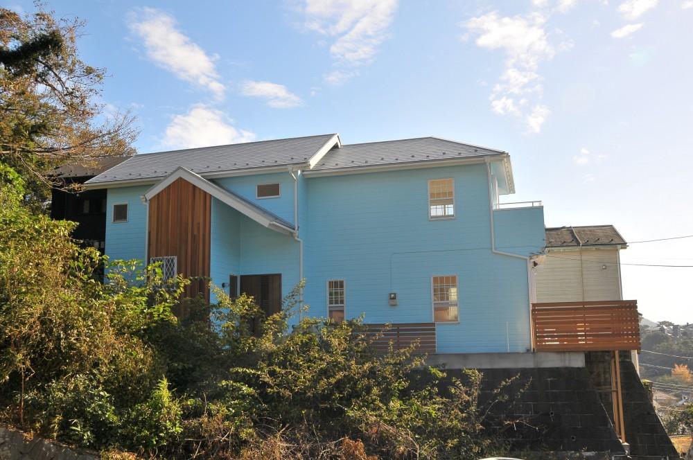 ウッドデッキから海を見渡す潮風と緑豊かな山の上に建つ家 (外部)