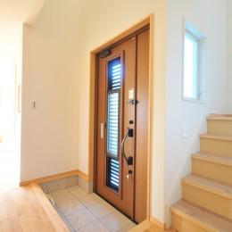 ウッドデッキから海を見渡す潮風と緑豊かな山の上に建つ家 (玄関)