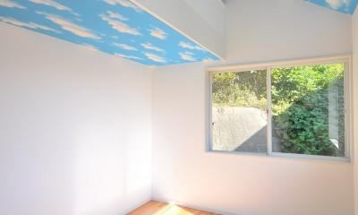 ウッドデッキから海を見渡す潮風と緑豊かな山の上に建つ家 (寝室)