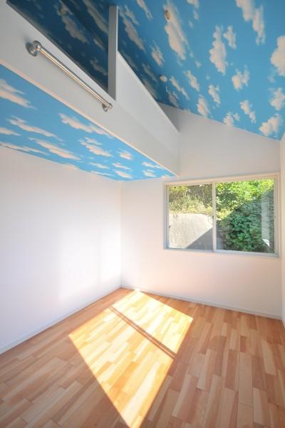 寝室 (ウッドデッキから海を見渡す潮風と緑豊かな山の上に建つ家)