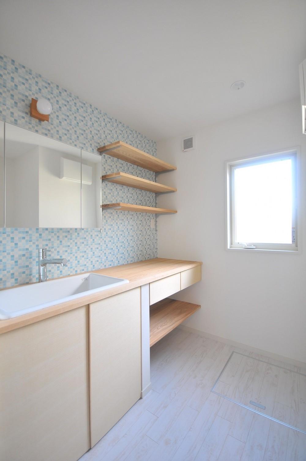ウッドデッキから海を見渡す潮風と緑豊かな山の上に建つ家 (洗面室)