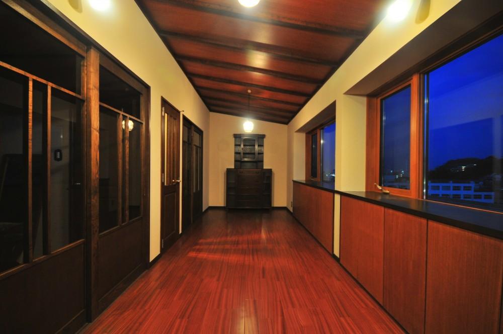 丘の上のアンティーク家具に囲まれたクラシカルの家 (2階フリースペース)