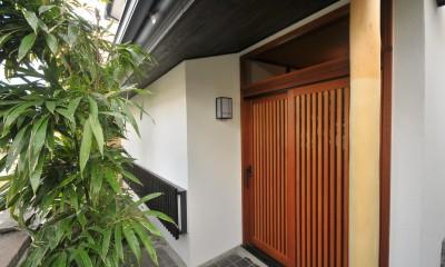 丘の上のアンティーク家具に囲まれたクラシカルの家 (玄関)