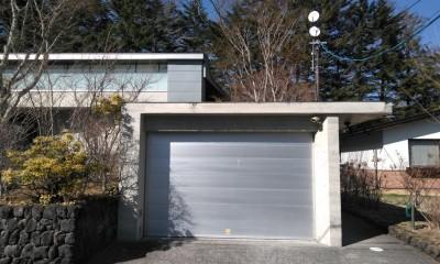中軽井沢、地窓から裏手の広大な森が目に入る緑に囲まれた住まい (ガレージを見る)