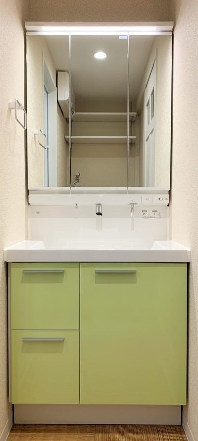 洗面台 (間仕切りの無い広々な空間にリノベーション)