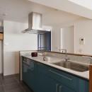N邸_ブルーが映えるナチュラル&シンプルスタイルの写真 キッチン